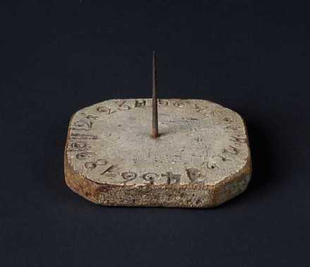 """""""Hur mycket är klockan?"""" """"Jo, solur var bekant i Kina redan omkring 500 f.Kr. I sin enklaste form består det av..."""""""